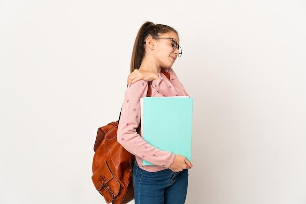 Маленькая студентка на изолированном фоне страдает от боли в плече из-за того, что приложила усилия