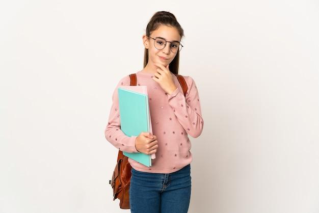 Маленькая девочка студента над изолированной стеной мышления