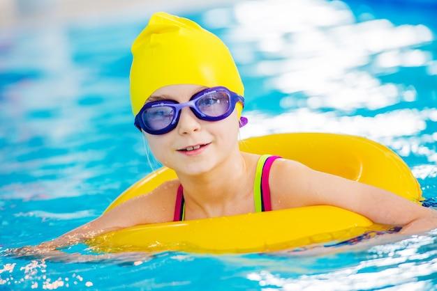 Маленький пловец в бассейне