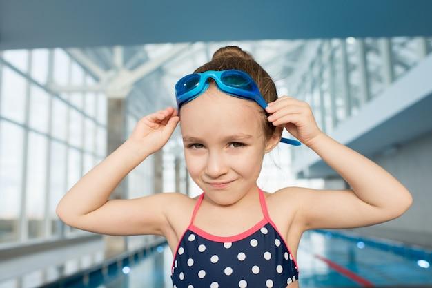 Маленький пловец позирует для фотографии