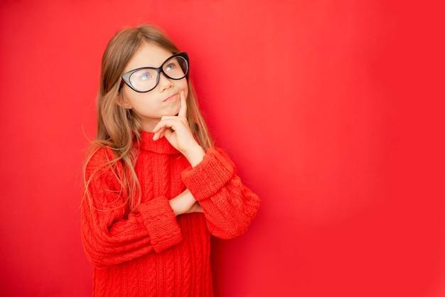 小さな10代の少女、コピースペースを見上げている小さな子供は赤で隔離されたあごを保持すると思います