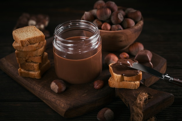 달콤한 초콜릿을 곁들인 작은 토스트 아침 식사