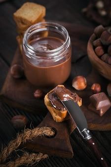 달콤한 헤이즐넛 초콜릿을 곁들인 리틀 토스트 아침 식사