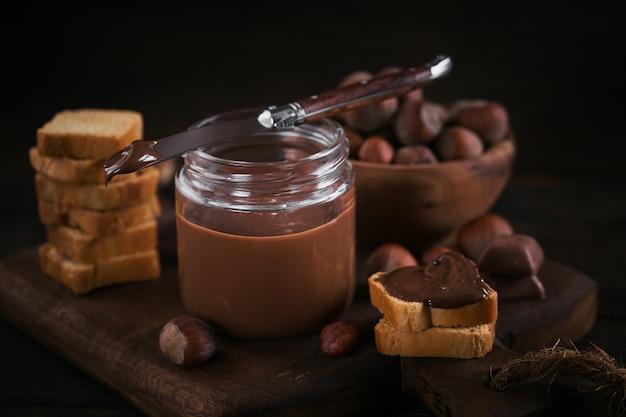 달콤한 헤이즐넛 초콜릿을 곁들인 리틀 토스트가 아침 식사로 퍼졌습니다.