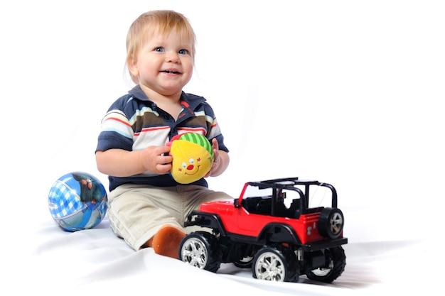 Маленький ребенок играет с игрушками