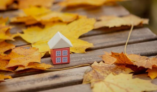 테이블에 단풍 옆 작은 장난감 집