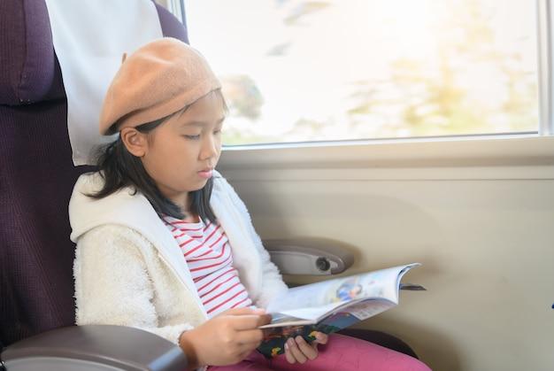 기차에서 여행 잡지를 읽는 작은 여행