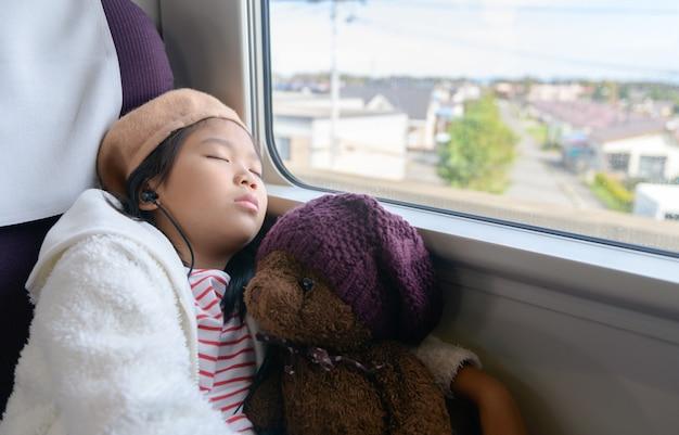 Маленький путешественник слушает музыку и спит.