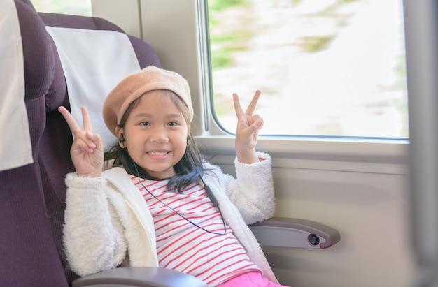Маленький путешественник, слушая музыку из наушников