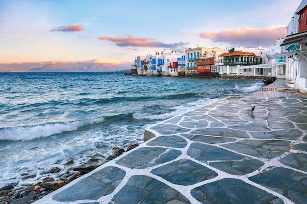 Маленькая венеция на закате на острове миконос, греция