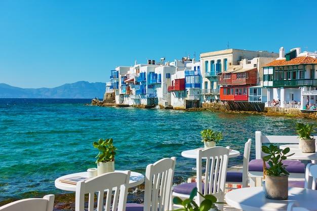 전경에 카페 테이블이 있는 미코노스 섬의 리틀 베니스, 그리스 키클라데스