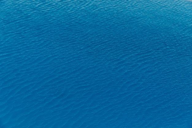 Piccole onde sul mare calmo da qualche parte in grecia