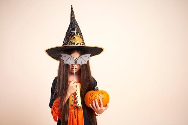 ハロウィーンのカボチャと小さな魔女