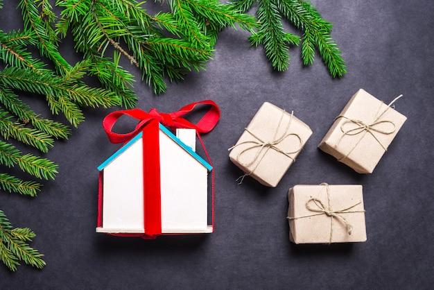 Маленький деревянный домик, рождественский подарок