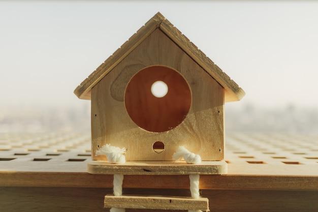 Маленький деревянный домик для маленького питомца в концепции покупки дома мечты.