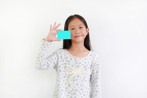 흰색 배경 위에 빈 시안색 카드를 보여주는 어린 아이 보류