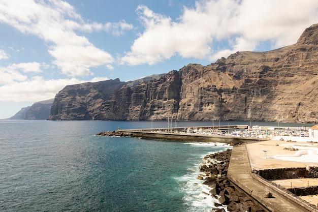背景に高い崖と沿岸都市