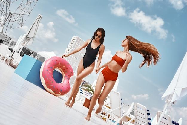 屋上水泳で楽しんでいる明日のパーティー今夜の女の子のための今日の計画のために生きる