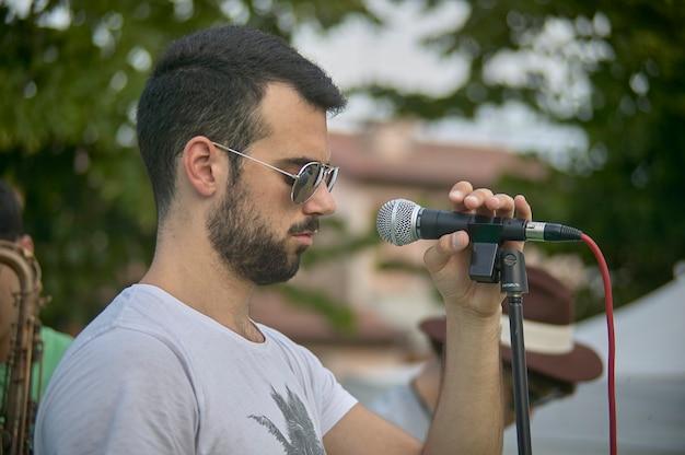 Живой певец выступает на концерте