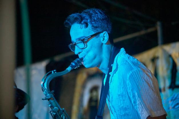 Живой трубач играет на живом концерте