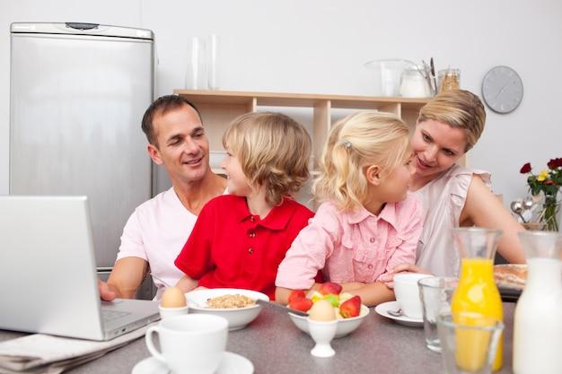 함께 아침을 먹고 활기찬 가족