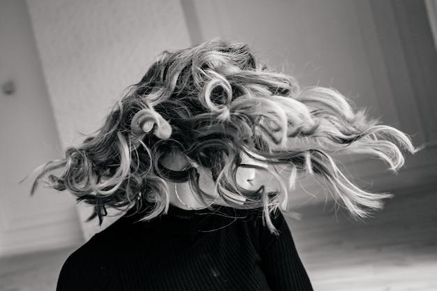 Живые волосы на сером фоне