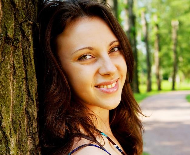 Живой портрет красивой модели в парке