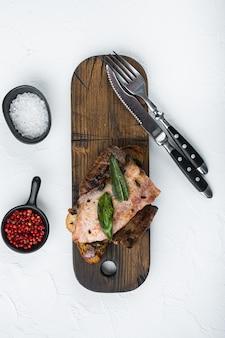 プラットのパンで調理された食事のレバーベーコンと玉ねぎ