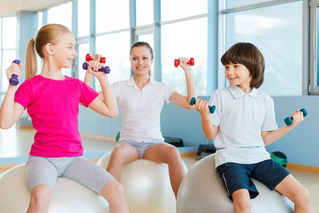 健康的な生活を送る。ヘルスクラブで運動し、笑顔の母と2人の子供