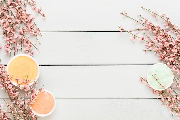 パステル調のサンゴ色の花のフレーム。