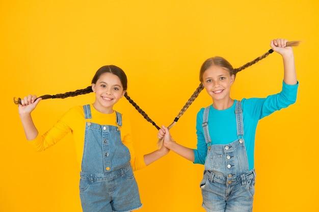 Жить счастливой жизнью в свободной стране. патриотическое воспитание. мы украинцы. украинские детки. дети украинского молодого поколения. концепция патриотизма. девушки в сине-желтой одежде. ценность свободы.