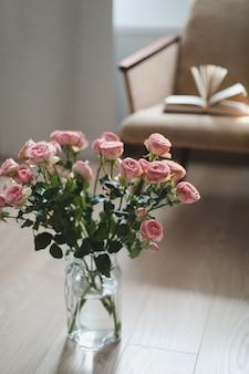 Гостиная, украшенная цветами