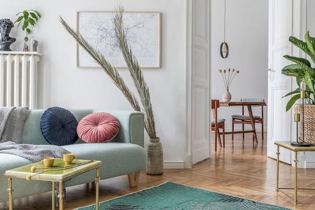 モックアップポスターフレームソファ家具植物とアクセサリーとリビングルームのデザインテンプレート