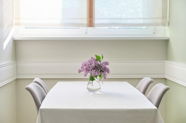의자가있는 거실 식당, 테이블에 라일락 꽃다발