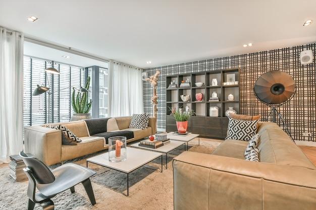 소파, 카펫, 아름다운 조명이있는 매력적인 럭셔리 스타일의 거실