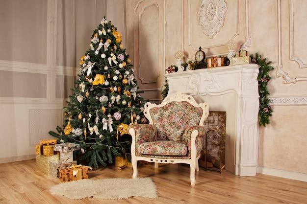 クリスマスの装飾が施されたレトロなスタイルの明るい色のリビング ルーム