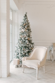 크리스마스 장식이있는 스칸디나비아 스타일의 거실