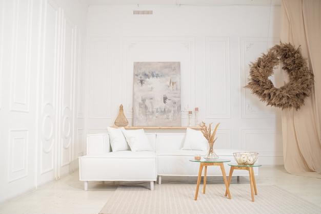 ソファとテーブルとヴィンテージのリビングルームのインテリアデザイン