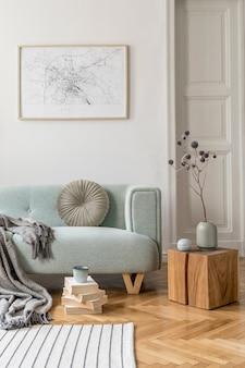 モックアップポスターフレームソファ家具とアクセサリーエンプレート付きのリビングルームのインテリアデザイン