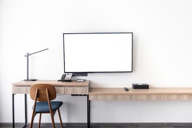 リビングルームのインテリアは、モダンなスタイルの部屋に木製のテーブルが取り付けられた白い壁にテレビスタンドを導きました
