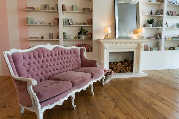 Интерьер гостиной с антикварным диваном и книжной полкой, современная квартира