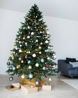 クリスマスツリーと装飾が施されたリビングルームのインテリア。