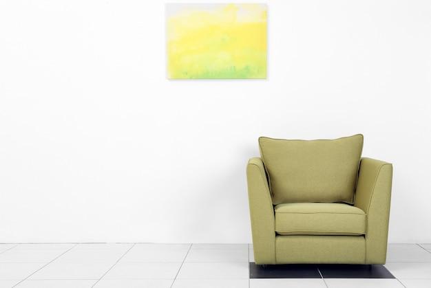 白い壁に緑のアームチェアとリビングルームのインテリア