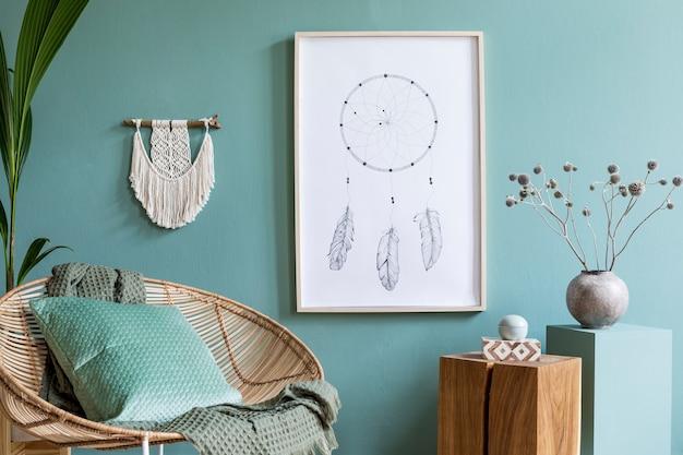 Интерьер гостиной с макетом постера, кресло из ротанга и аксессуары в стиле бохо.