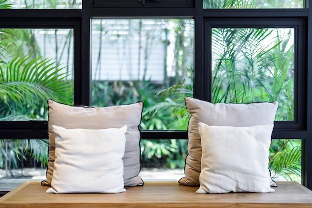 木製の椅子の上に枕とリビングルームのインテリア
