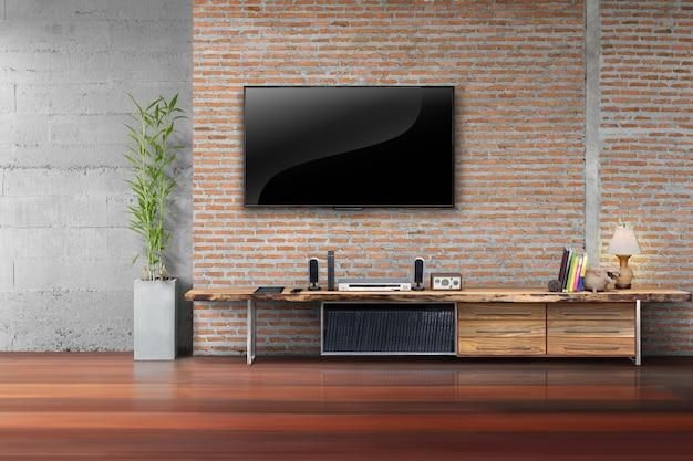거실은 빈 테이블에 나무 테이블과 식물 벽돌 벽에 tv를 주도