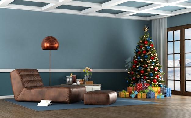 クリスマスツリーと山の家のリビングルーム