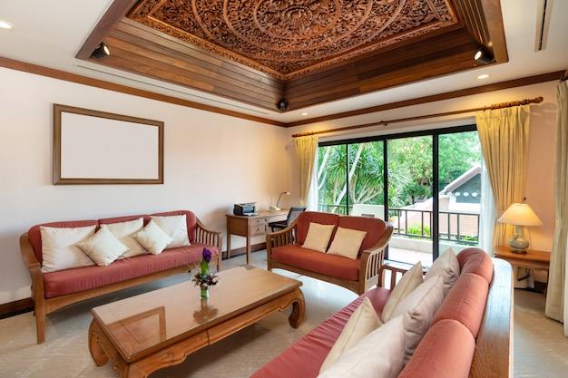 Гостиная тайской балийской виллы с бассейном Premium Фотографии