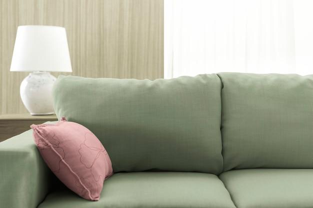 リビングルームのソファクッション、ピンクとグリーン