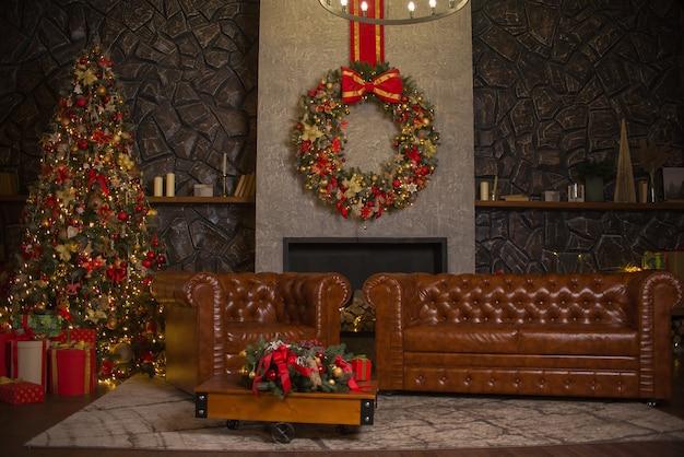 아름다운 크리스마스 장식과 나무가있는 거실